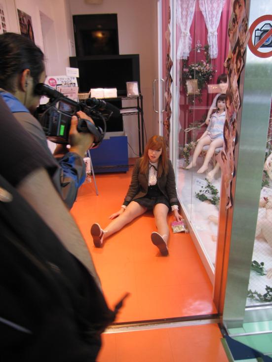 alex sim wise-on-floor-by-dolls