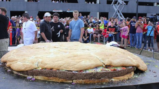 world's largest bacon cheeseburger