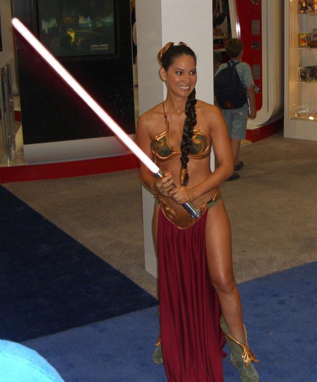 Olivia-Munn-as-Princess-Leia-+-Light-Sabre