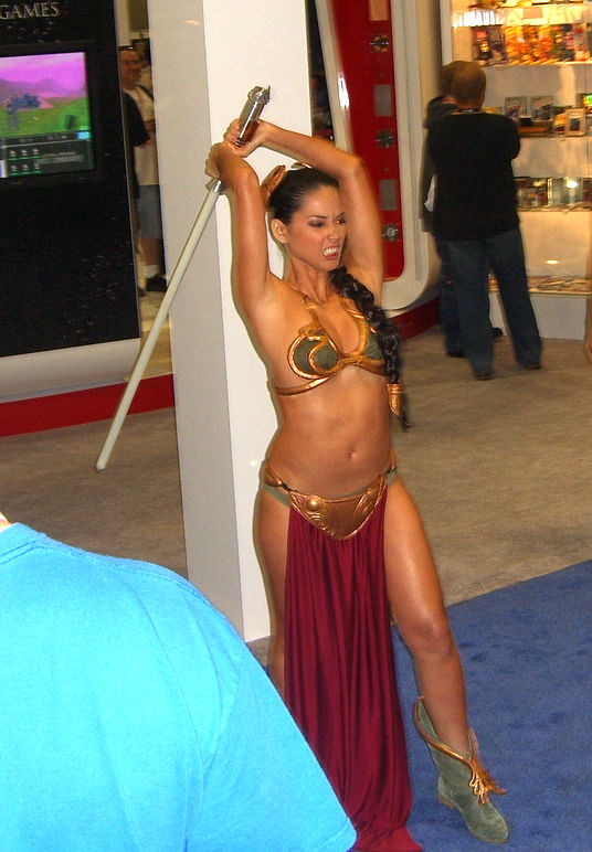 Olivia_Munn_as_Leia_striking