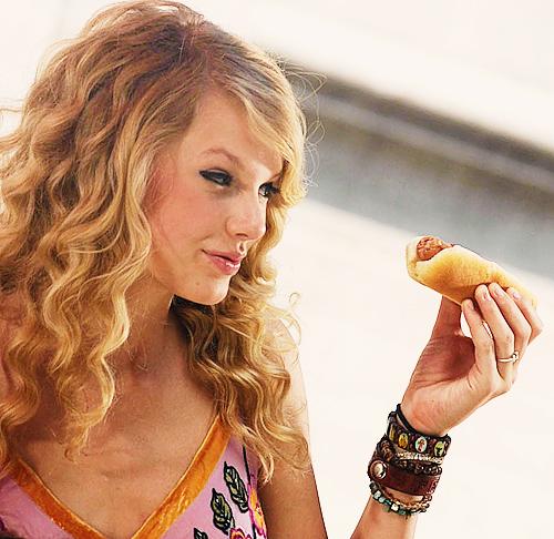Taylor Swift hot dog