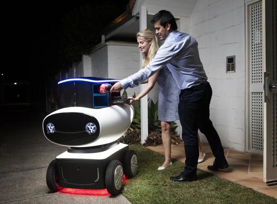 dominos-dru-pizza-robot-lifestyle