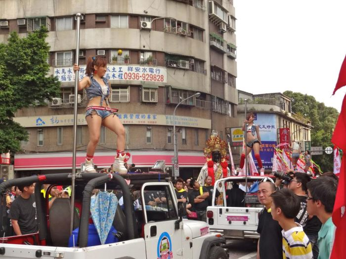 taiwan-funeral-with-pole-dancing