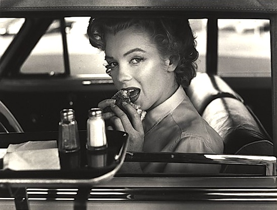 marilyn-monroe-eats-a-burger