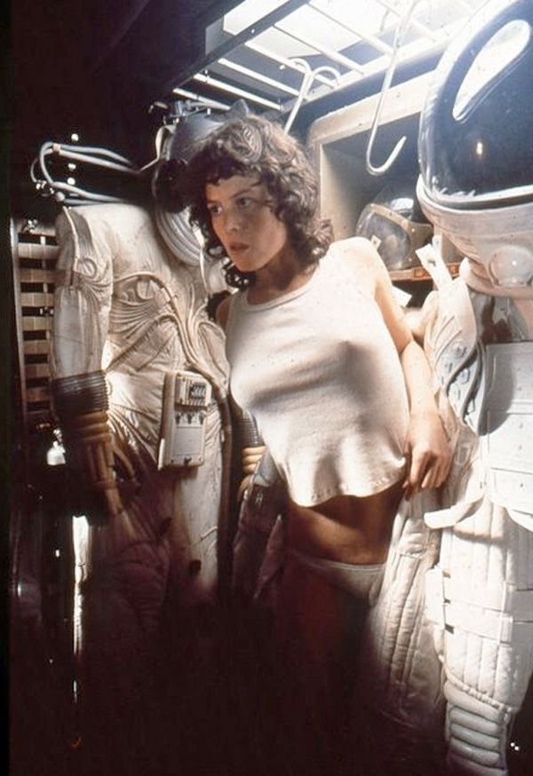sigourney-weaver-hides-from-alien